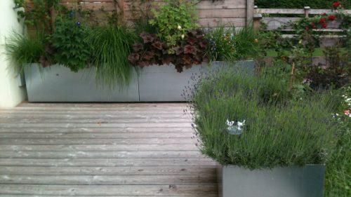 verzinkte Pflanztröge auf der Terrasse