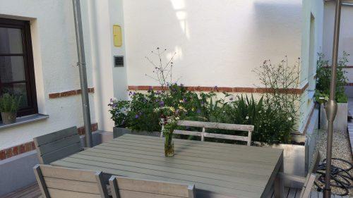 Blumen am Tisch, Blumen im Pflanztrog!