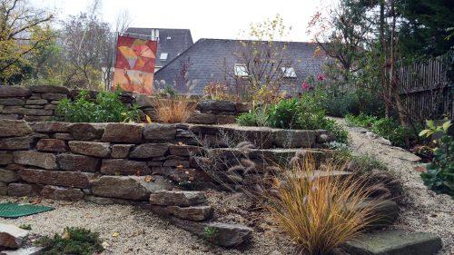 Mauer und Stufen aus waldviertler Gneis