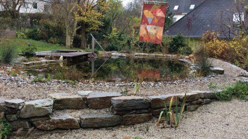 natürlich gestalteter Schwimmteich im Herbst