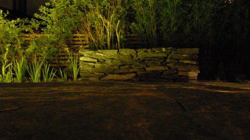 Sitzbank aus Fruchtschiefer in der Nacht