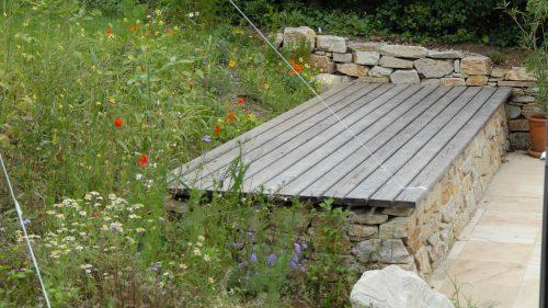 Liegebank auf der Natursteinmauer
