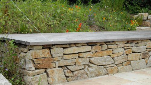 Natursteinmauer als Fundament für das Sonnendeck