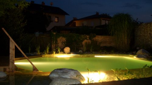 Schwimmteichbeleuchtung bei Nacht