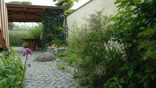 Das Granitsteinpflaster wurde von uns mit runden Sandsteinen ausgestaltet
