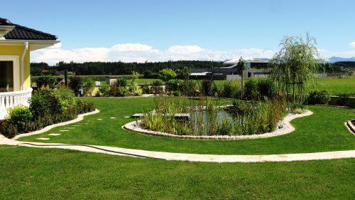 wie eine Perle liegt der Teich mitten im Garten