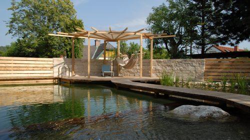 Schwimmteich mit sternförmiger Pergola aus Lärchenholz