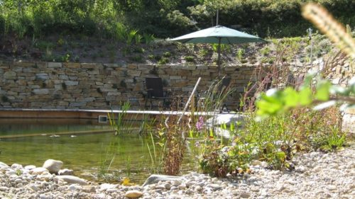 geschützter Sitzplatz am Schwimmteich
