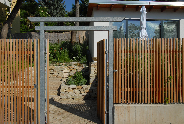 verzinktes Eingangstor mit Lärchenholz beplankt