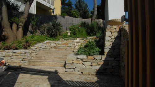 Trockensteinmauer, Blockstufen und Kleisteinpflaster