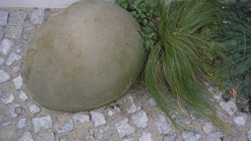 runder Sandstein mit Gräser