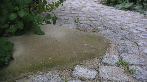 Granitsteinpflaster mit runden Sandsteinen