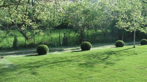 geometrische Formen rollen durch den Garten