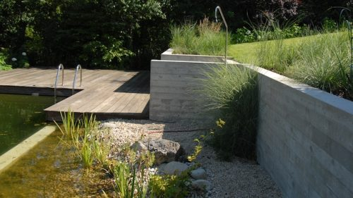 Stützmauer aus Sichtbeton mit Holzoptik