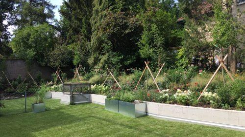 Pflanzentröge im Sommergarten