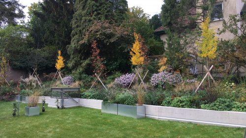 Pflanzentröge im Herbstgarten